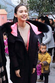 这款囧囧侠张帅羽绒服得到了很多明星的喜爱,Angelababy杨颖也有一件,休闲舒适,搭配长款貂绒毛衣很亲民