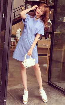 清新竖纹衬衫裙,色调清新亮丽,时尚设计蓝白相间竖条纹清新衬肤色,收腰显好身材,搭配布洛克女鞋很减龄