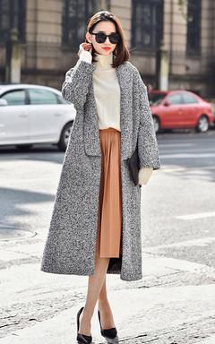 时尚简约剪裁流畅的黑白混色毛呢外套,宛如行云流水间的一只飞燕,搭配亲肤毛衣和黑色绒布细高跟鞋,显得干净利落。