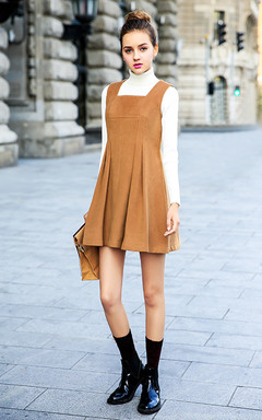 复古的驼色,背带无袖背心裙,修身A字设计,内搭高领套头毛衣,街拍欧美风。