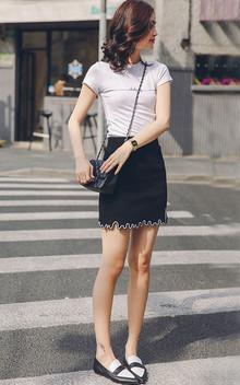 字母纯色圆领针织T恤,修身显瘦的版型,面料柔软有弹性,搭配一条短裙,轻松出街