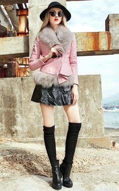 狐狸毛领修身外套,个性时尚的下摆,粉色让你在寒冬保暖的同时更加YOUNG;搭小黑裙和麻花直筒袜+松紧短靴,塑造时髦都市风