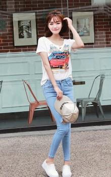 简洁基本款的短袖T恤,趣味卡通汽车图案,青春俏皮,时尚百搭,下着修身款破洞牛仔裤,简简单单,活力街头风