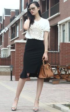 欧美休闲街头风:任性太阳神像金亮片针织衫+优雅鱼尾包臀裙,搭配一字凉鞋+凯莉包+彩膜造型眼镜,酷感十足的欧美街头造型