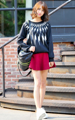大牌风闪电卫衣,棉质的面料,磨毛的处理显得非常有质感,略宽松的版型很舒适,搭配半身裙,显高显瘦,休闲时尚,很赞哦!