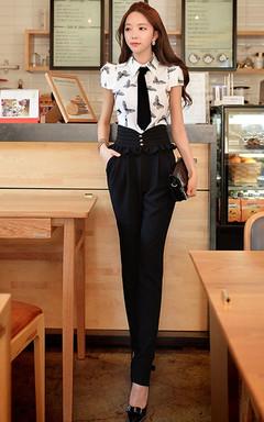 蝴蝶印花衬衫,帅气的领带修饰,干练显气场,搭配高腰荷叶边休闲裤,显瘦显高挑哦!