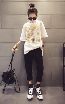 简约宽松的T恤,卡通的风格,俏皮可爱,衣身帅气时髦,搭配休闲长裤,穿一双高帮鞋,BF范儿十足!