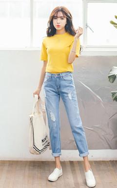 简约纯色短袖T恤,活泼明快的亮黄色,修身舒适,很时尚很有活力,搭配水洗破洞款牛仔裤,简单又不失时尚感的搭配,洋溢青春活力