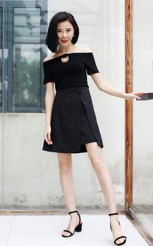 一字肩款的上衣,圆环挂脖设计感,搭配设计感包扣半裙和凉鞋,简洁有设计感,女人味十足