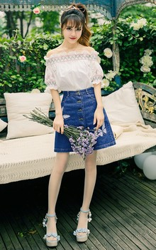 民族风的一字领上衣,搭配印花牛仔半身裙和花朵凉鞋,牛仔裙版型修身显瘦,浪漫的蝴蝶绣花跃然于裙摆上,抢眼又个性的甜美搭