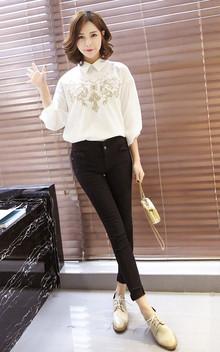 这款长袖白衬衫蝙蝠袖设计完美遮肉,利落简洁,前身刺绣图案设计,更添柔美女人味。搭配休闲小脚裤和链条包休闲时尚