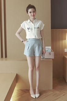 简约款的翻领衬衫,最有特色的是两边不堆成的字母印花,搭配双排扣高腰短款热裤清新又时髦~