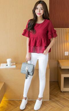 宽松短袖镂空蕾丝衫,双层荷叶边设计,美观时尚,搭配白色铅笔裤,更显甜美优雅气质。