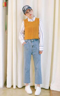 帅气宽松的蓝白条纹衬衫,男友范十足。在咋暖还寒的春天,搭配无袖的针织短背心和直筒九分牛仔裤,既保暖又青春,学院风十足。