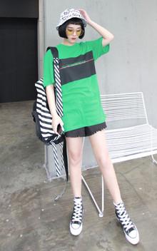 超抢眼的绿色T恤衫,个性拼色设计,潮范十足,搭配黑色流苏下摆短裤,简简单单,清爽舒适,尽显街拍范,个性十足