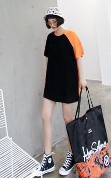 个性拼色设计中长款T恤衫,简洁圆领,宽松休闲,酷中带有一些活泼感,很时尚很洋气哦,搭配休闲鞋,很清爽很有活力