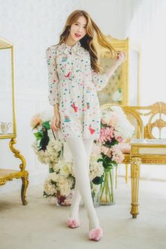 真丝面料,上身亲肤舒适,松紧带收腰显瘦,是一款很美的衬衫连衣裙,衣身彩色的图案很潮流哟,搭配单鞋就很好看,小清新~