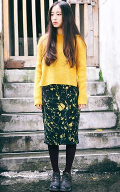 暖暖的姜黄色,慵懒的套头毛衣,不规则开叉个性时尚。搭配抽象花朵包臀半身裙,复古文艺系女神。