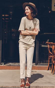 简约圆领基本款T恤衫,舒适棉质,可爱小鹿图案,非常的时尚百搭,下着象牙白小脚休闲裤,简简单单,非常的时尚休闲。