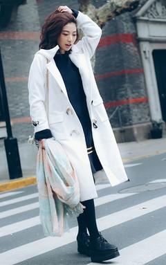 日系休闲牛角扣毛呢大衣,干净淡雅的米白色,搭配复古花边鱼尾针织裙、星星松糕鞋、复古毛呢小方包,轻松打造日系休闲约会风