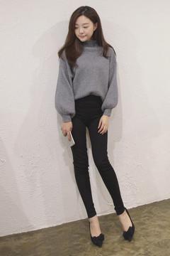 懒洋洋秋日穿衣法则从来都是以舒适+轻便为主,一件针织毛衣搭舒适休闲裤所带来的轻柔感,会让你感受到无拘无束感的时髦暖意。