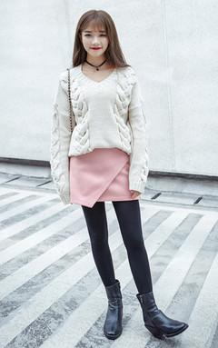 纯色百搭毛衣,经典的V领设计,性感迷人,宽松版型,慵懒感,搭配半身裙,甜美优雅,时尚减龄。