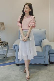 文艺范的宽松圆领棉质T恤,一般身材都好穿,荷叶袖显瘦又甜美,搭配纯色雪纺半身裙气质又甜美~
