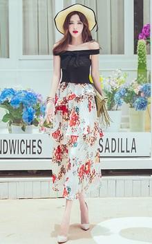 一字领针织衫,胸前的蝴蝶结,甜美气息十足,搭配不规则剪裁印花雪纺裙和高跟鞋、流苏包包,随风飘动,尽显优雅范。