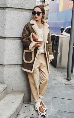 非常洋气时尚的麂皮绒羊羔毛外套,皮毛一体质感超赞,率性中长款版型,时尚好搭,内搭套头毛衣,下着休闲裤,街头范十足