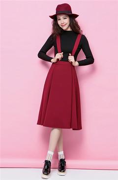 黑色高领毛衣搭配酒红色宽背带连身长裙,再戴上一顶酒红色的礼帽,颇具优雅范儿气质,但背带元素又增添了亲切随意的感觉。