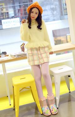 黄色兔毛毛衣,搭配格子扣子呢短裙,清新甜美,再穿上一双亮片花朵蝴蝶雪地靴,美美约会去啦。