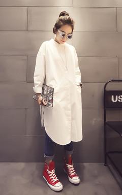 长款白色衬衫,很中性的风格,上身宽松随意,搭配简单的牛仔裤,卷起裤腿,尽显女人的帅气风范儿!