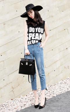 清凉的无袖T恤,字母印花的装饰,充满活力感,搭配清新的牛仔裤,不规则裤腿,散发迷人气息。