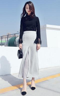 简约百搭款打底T恤,蕾丝半高领,浪漫蕾丝袖口,非常的优雅迷人,修身显瘦,搭配雪纺拼接鱼尾开叉半身裙,非常的显气质