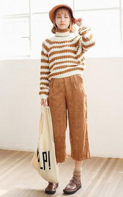 小清新范的高领套头毛衣,经典条纹样式,宽松休闲的版型,青春百搭,下搭灯芯绒九分阔腿裤,有些小文艺气质。