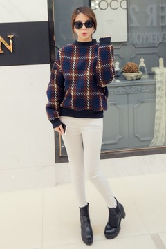 毛衣料的卫衣,比较厚实,保暖性和实穿性都不错哦~作为内搭休闲但不随性,很有设计感~搭配小脚裤是很不错的选择~