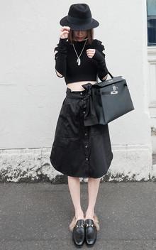 修身短款针织毛衣,双袖个性破洞设计,非常的迷人显瘦,搭配腰间系带设计黑色半身裙,个性潮范,魅力十足,超酷感。