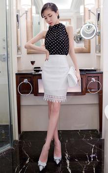 性感的雪纺背心,波点的装饰,又有些俏皮可爱,搭配纯色的半身裙,蕾丝下摆,名媛风气质十足!