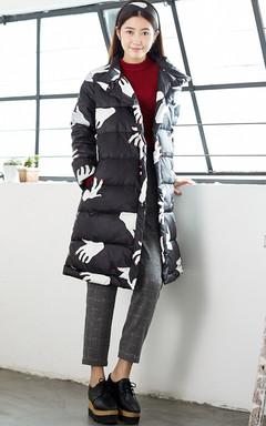 双排四合扣,穿着起来更具踏实感,也更加的温暖。简约H版型,搭配休闲格子裤,更加的时尚大气。