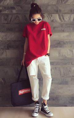宽大的T恤衫,穿着很慵懒的感觉,红色很靓丽,搭配白色牛仔裤,破洞设计,穿一双高跟鞋,帅气时髦。