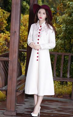 富有中国风手工绣花,红红喜庆,沉稳而又复古雅致的气质,杏色很提肤色,搭配纯白色高跟鞋和复古礼帽,清丽脱俗
