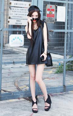 十分帅气的pu皮背心,简洁的版型加上金色拉链设计,个性时尚,搭配平沿帽和链条包,休闲时髦