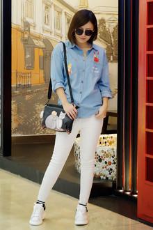 逛街清新搭!卡通印花衬衫很有特点,搭配白色修身牛仔裤,让人眼前一亮!猫咪包包减龄的说,话说今年流行小白鞋,好搭!