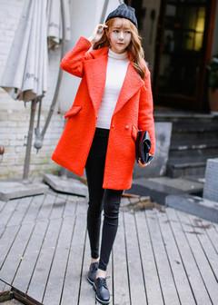 鲜艳的大红色外套,给这个冬季带来温暖的视觉享受,搭配一件黑色的休闲裤,一双绑带鞋子,任何身材的MM都可以轻松驾驭的哦!