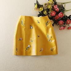 新款女韩版高腰显瘦短裙PU皮裙碎花刺绣时尚小香风半身裙包臀裙秋