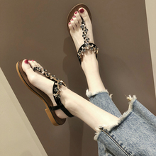 凉鞋女8y020夏季2y搭的字夹脚趾水钻串珠平底仙女风沙滩罗马鞋