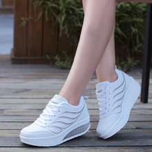 春季女ad新式厚底摇ll士休闲运动鞋皮面透气跑步鞋白色旅游鞋