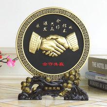 合作共赢握手摆件老an6办公室书ta桌摆设商务送礼炭雕工艺品