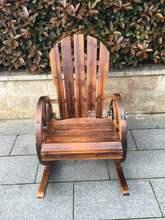 户外碳de实木椅子防or车轮摇椅庭院阳台老的摇摇躺椅靠背椅。