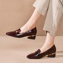 思卡琪ha鞋女粗跟2hu春式尖头英伦(小)皮鞋中跟鞋子新式漆皮大码鞋